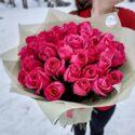 35 алых роз в крафт бумаге