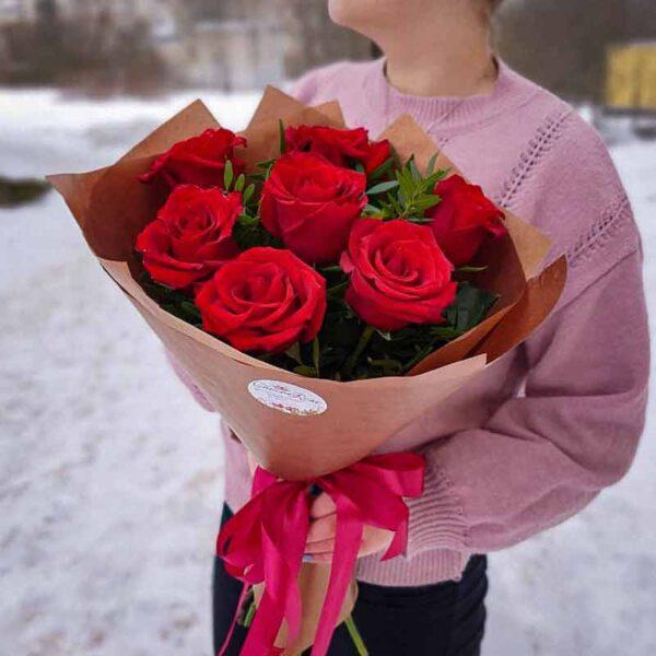 Букет 7 красных роз в крафте