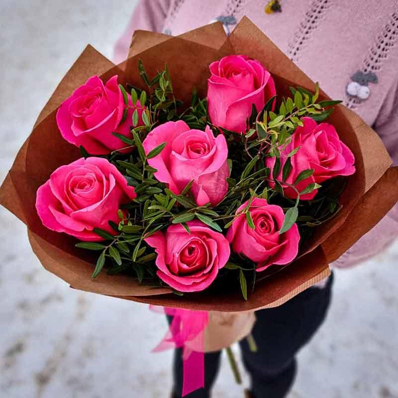 Букет 7 розовых роз в крафте