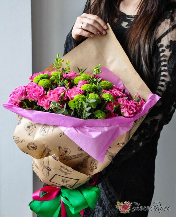 Букет с кустовой розой в крафте №15