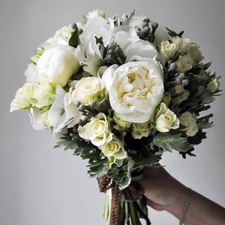 Букет невесты в белых тонах с пионами