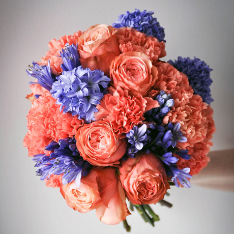 Яркий оранжево — синий букет невесты