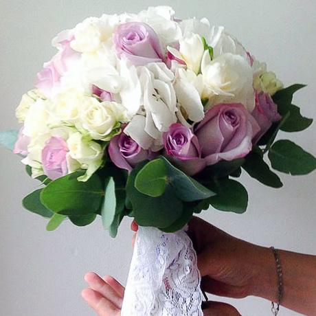 Бело-сиреневый букет невесты