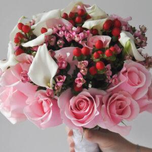 Букет невесты в розовых тонах с каллами