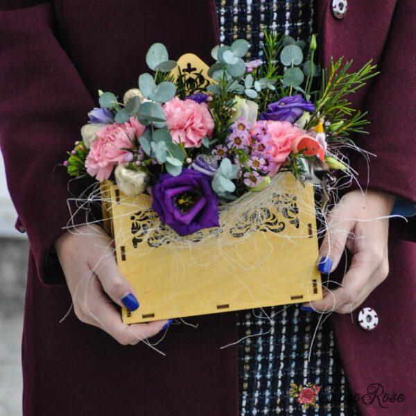 Цветы в деревянном конверте с конфетами