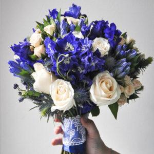 Букет невесты в сине-кремовой гамме