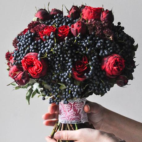 Яркий ягодный букет невесты