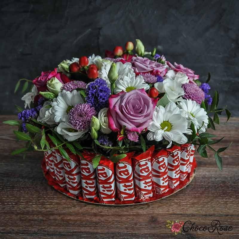 Цветочный торт с шоколадными конфетам КитКат!