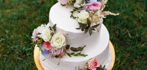 Живые цветы на свадебном торте