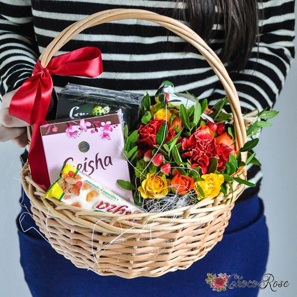 Корзина с цветами и сладостями