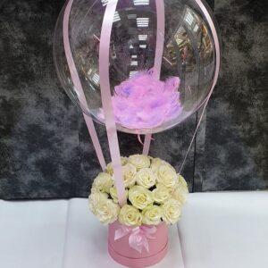 Букет 25 роз в коробке с шариком бабблс