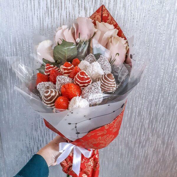 Букет из клубники в бельгийском шоколаде с розами №3