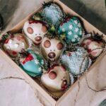Коробка клубники и шоколадных конфет