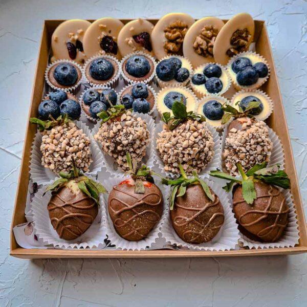 Орехово-ягодный набор с клубникой в шоколаде