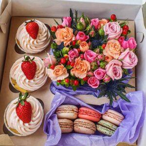 Коробочка сюрприз с цветами и сладостями