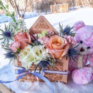 Цветы в деревянном конверте соберем специально для Вас!