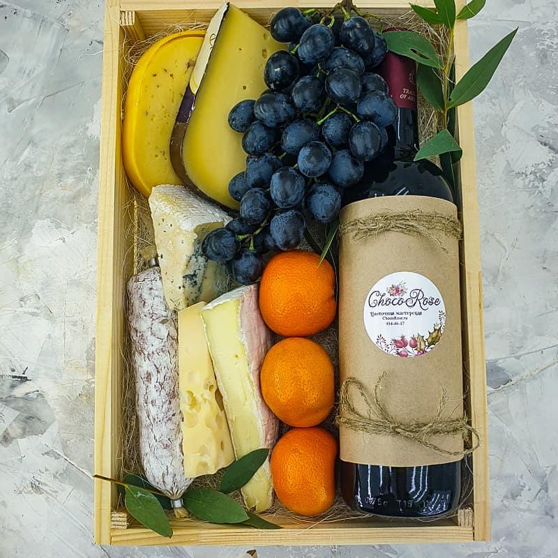 Ящик с вином и сыром