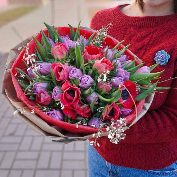 Весенний букет с тюльпанами и анемонами