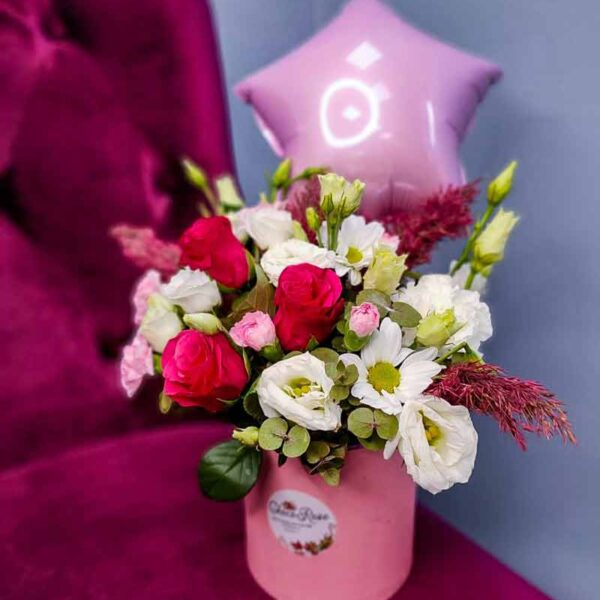 Цветы в шляпной коробке с шариком
