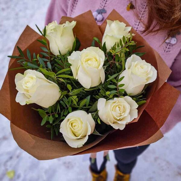 Букет 7 белых роз в крафте