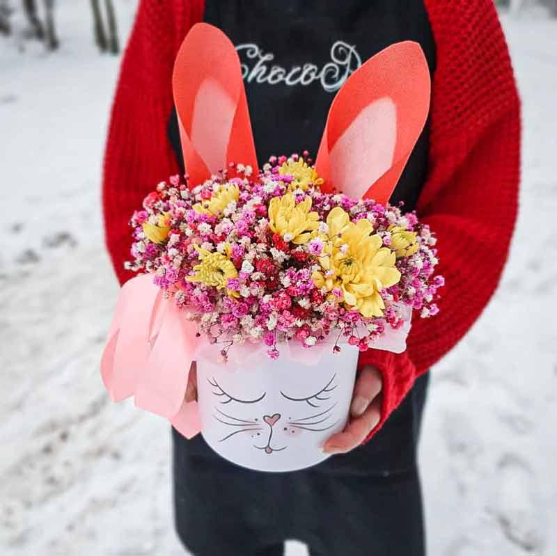 Цветы в шляпной коробке Зайка