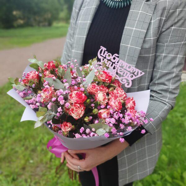 Букет с кустовой розой и гипсофилой